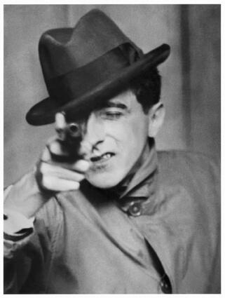 Jean Cocteau avec un revolver
