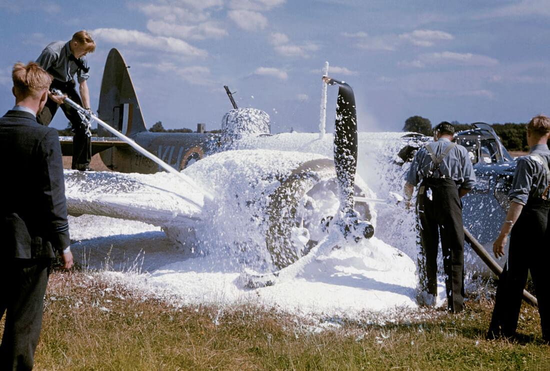 Avion accidenté arrosé de produits chimiques après son atterrissage sur le ventre au retour d'un raid au-dessus de la France occupée, Angleterre