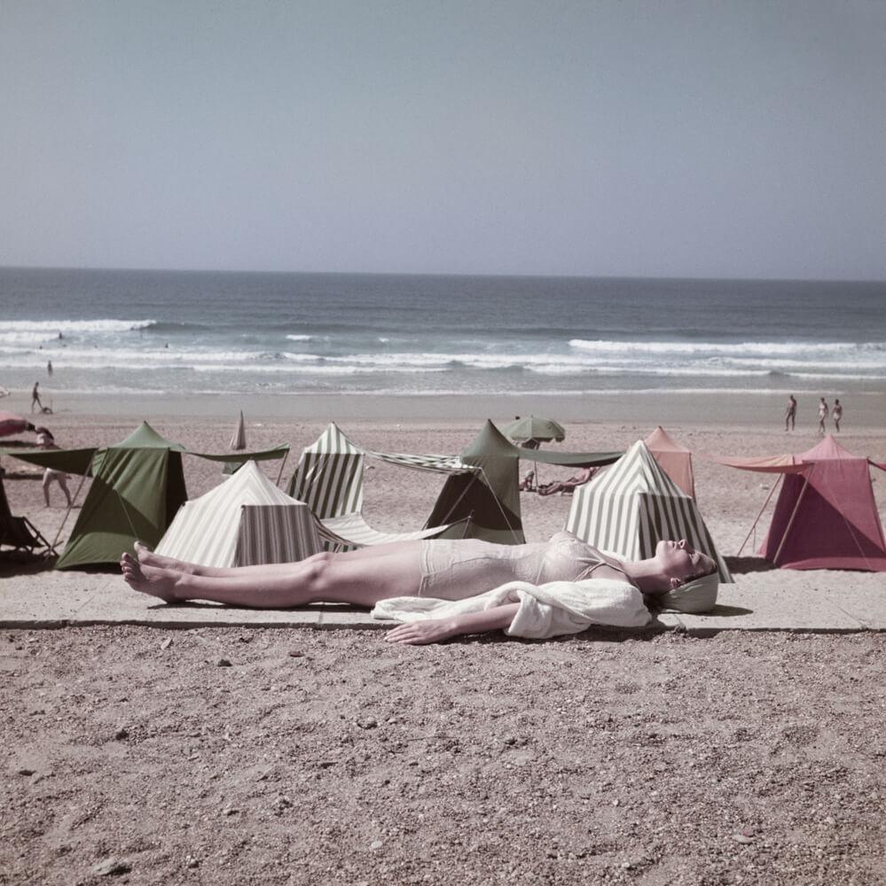 Une femme sur la plage, Biarritz, France