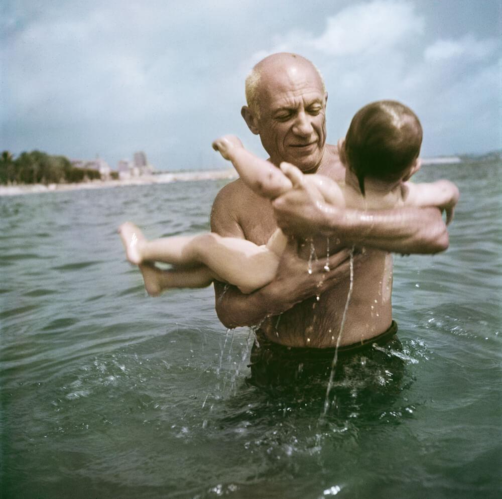 Pablo Picasso joue dans l'eau avec son fils Claude près de Vallauris, France