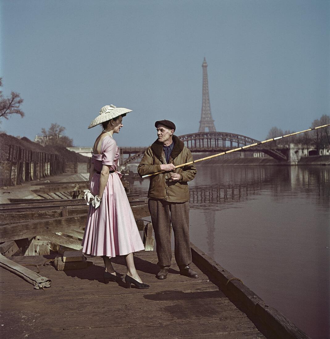 Un mannequin habillé en Dior sur les quais de la Seine, Paris