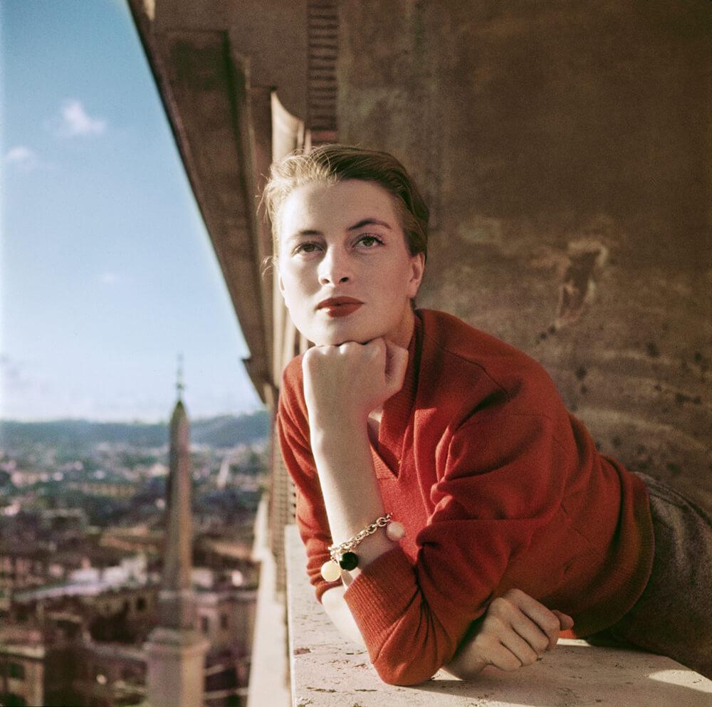 L'actrice et mannequin français Capucine sur un balcon, Rome, Italie