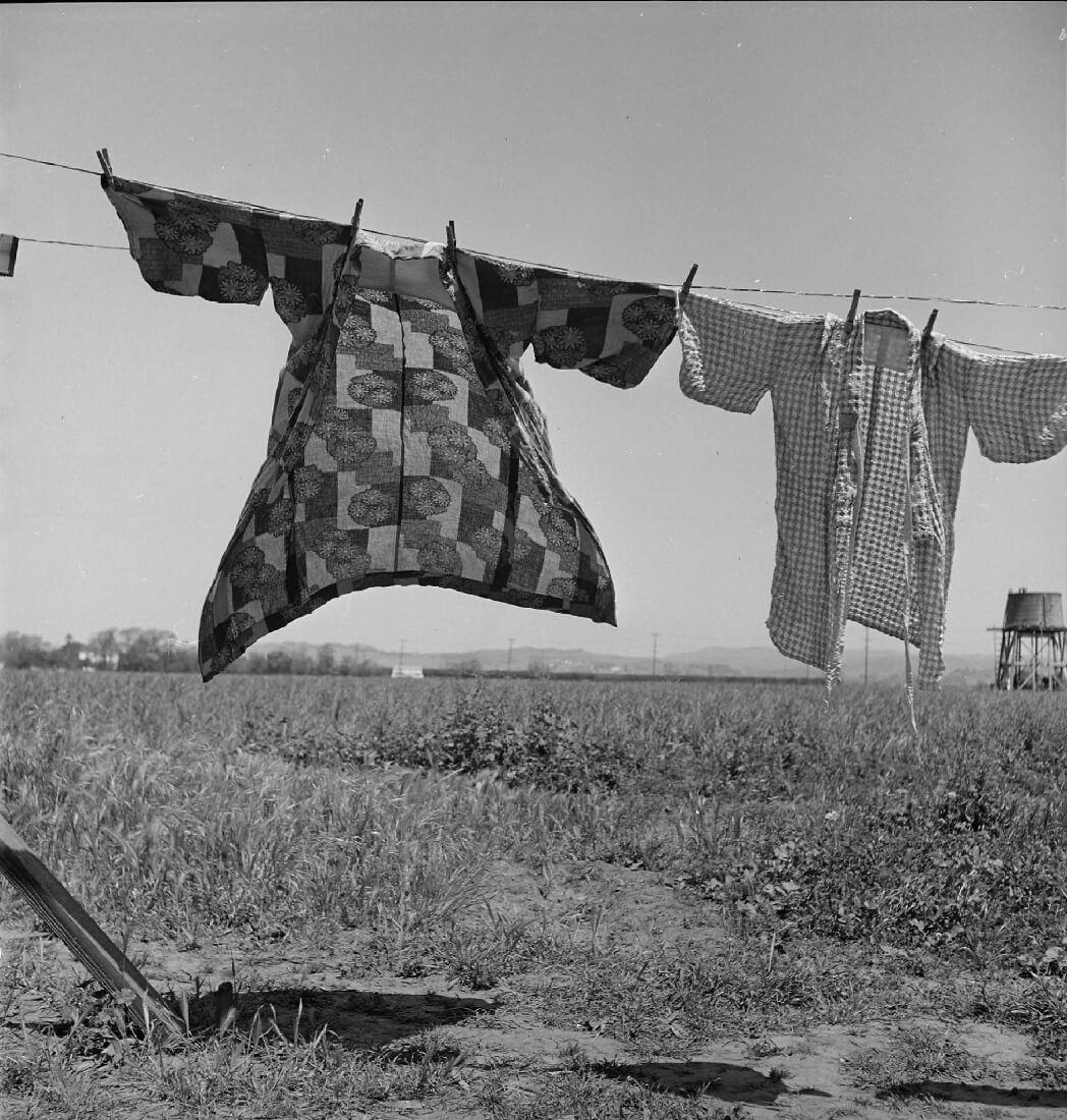 Jour de lessive, quarante-huit heures avant l'évacuation des personnes d'ascendance japonaise de ce village agricole du comté de Santa Clara, San Lorenzo, Californie