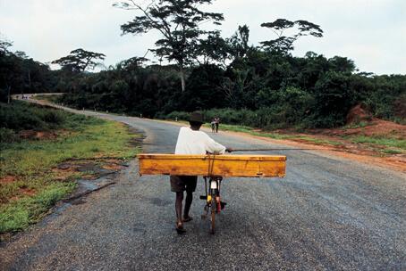 Guerre du Biafra, villageois ramenant un proche défunt