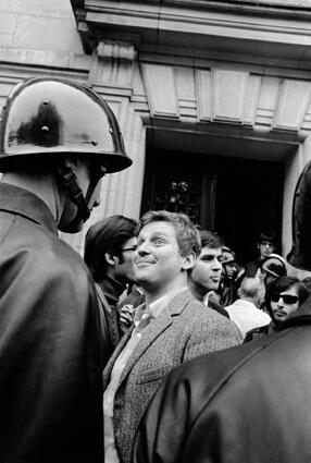 Daniel Cohn-Bendit face à un CRS devant la Sorbonne