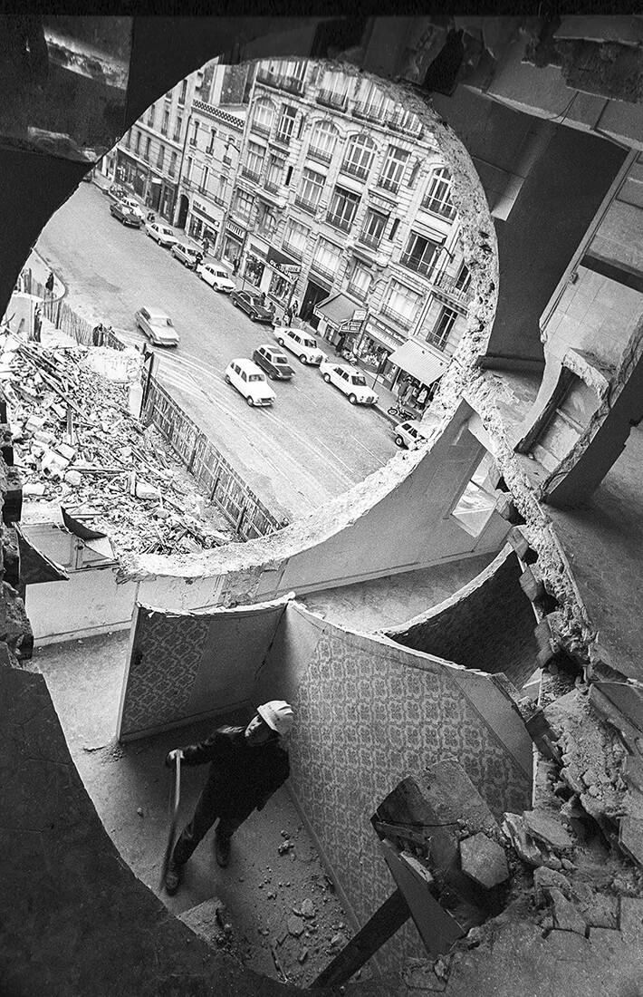 Gordon Matta-Clark travaillant à Conical Intersect