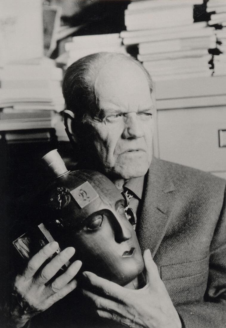 Raoul Hausmann tenant sa sculpture-assemblage L'Esprit de notre temps