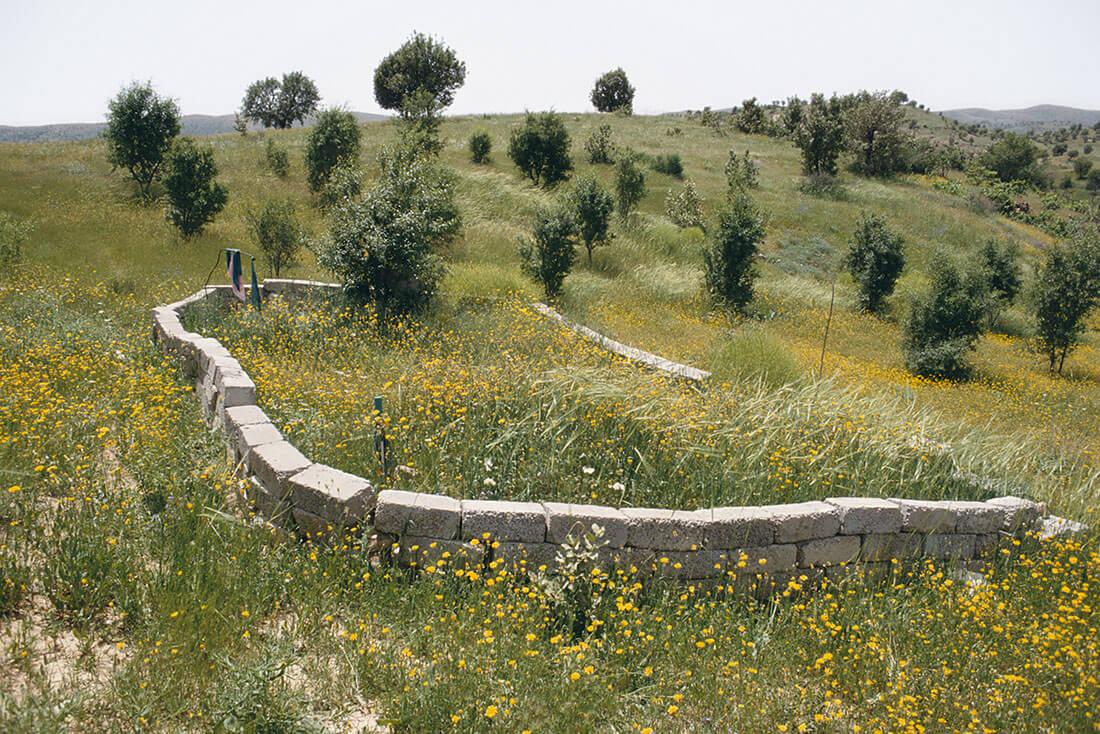 Blocs de béton signalant la fosse commune de Koreme, nord de l'Irak