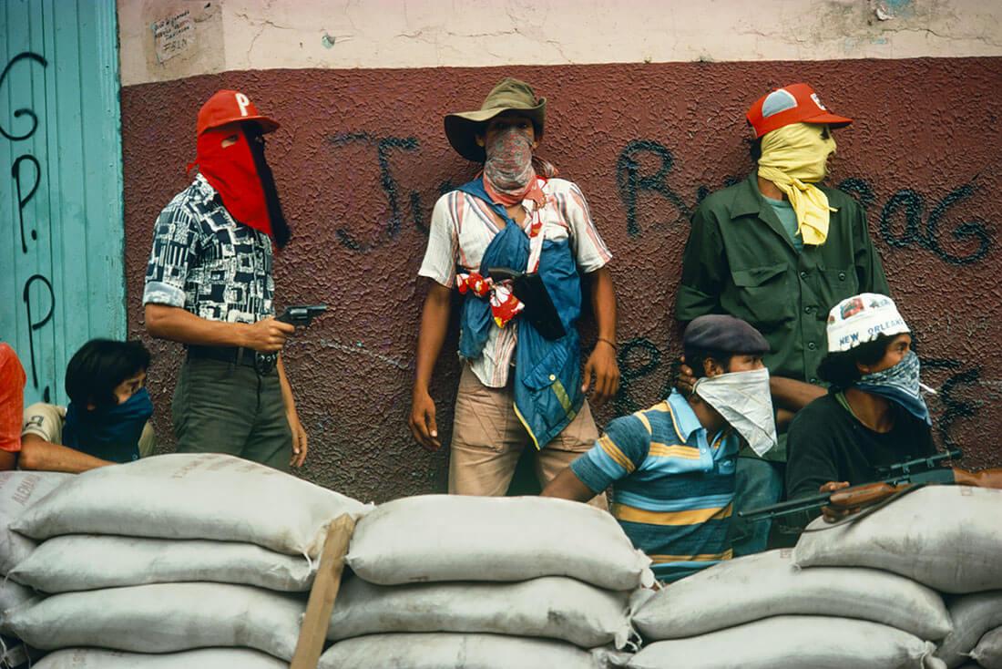 Muchachos attendant la riposte de la Garde nationale, Matagalpa, Nicaragua