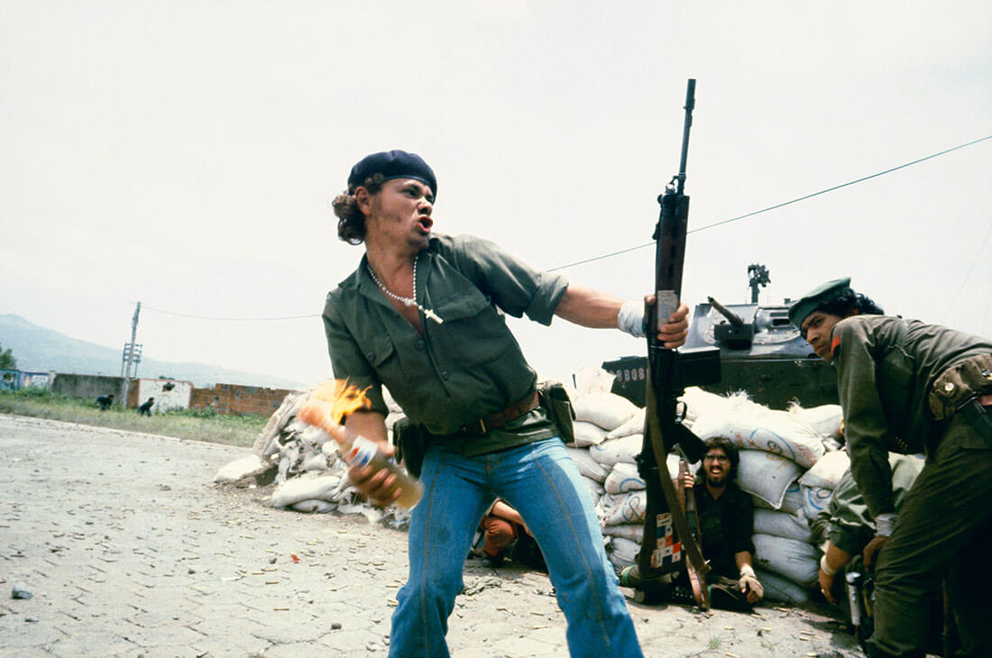 """Sandinistes aux portes du quartier général de la Garde nationale à Esteli : """"L'homme au cocktail Molotov"""", Nicaragua"""