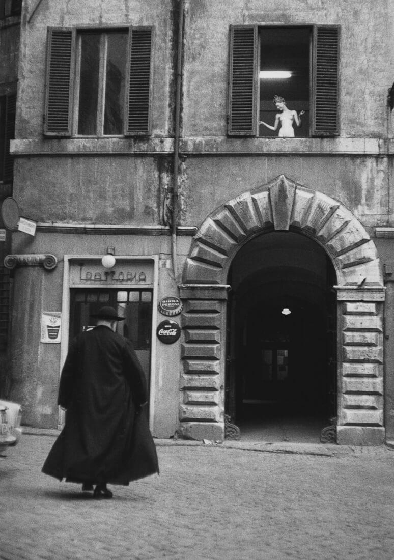 Prêtre devant une trattoria, Rome