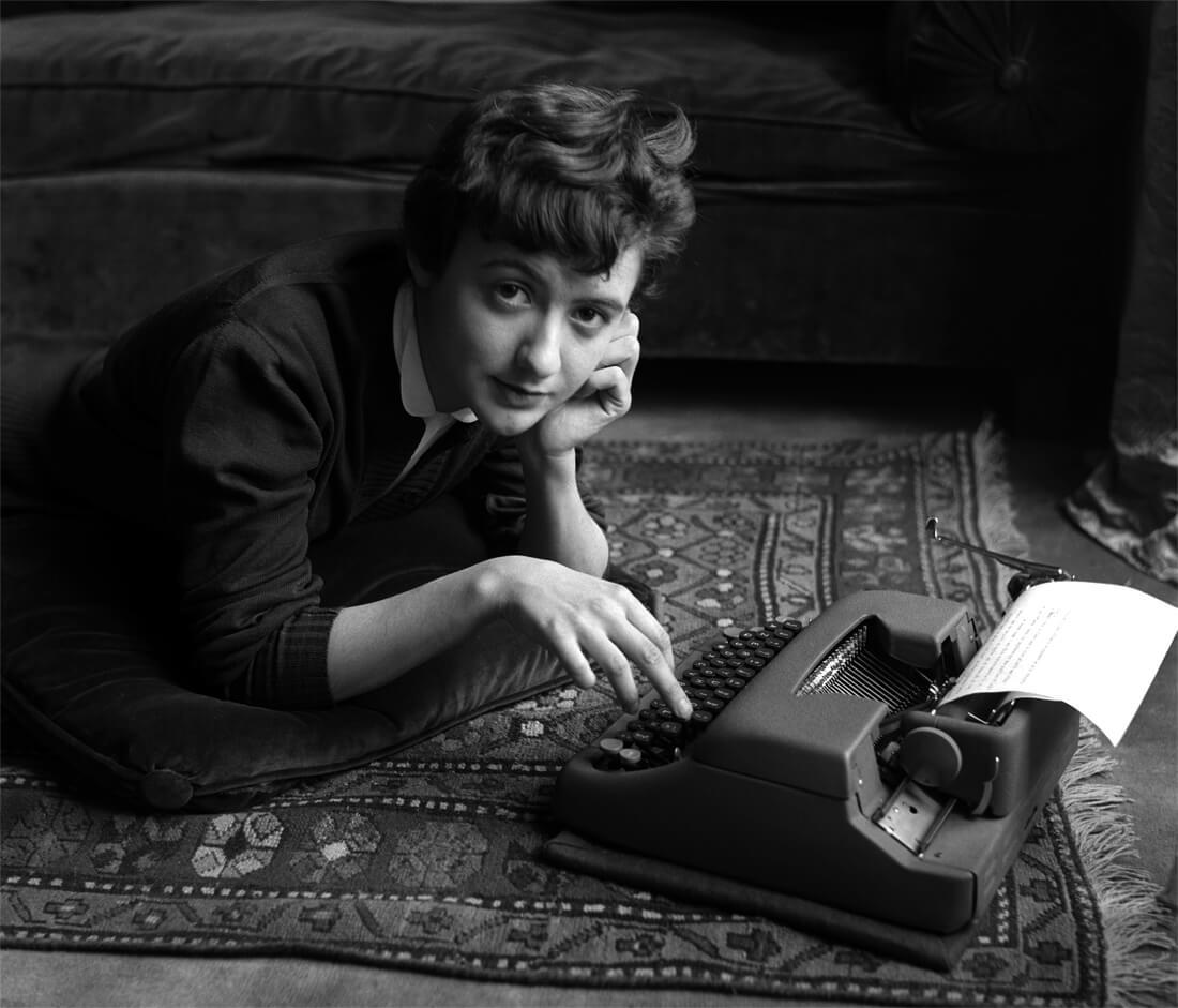 Françoise Sagan chez elle, lors de la sortie de son premier roman Bonjour tristesse