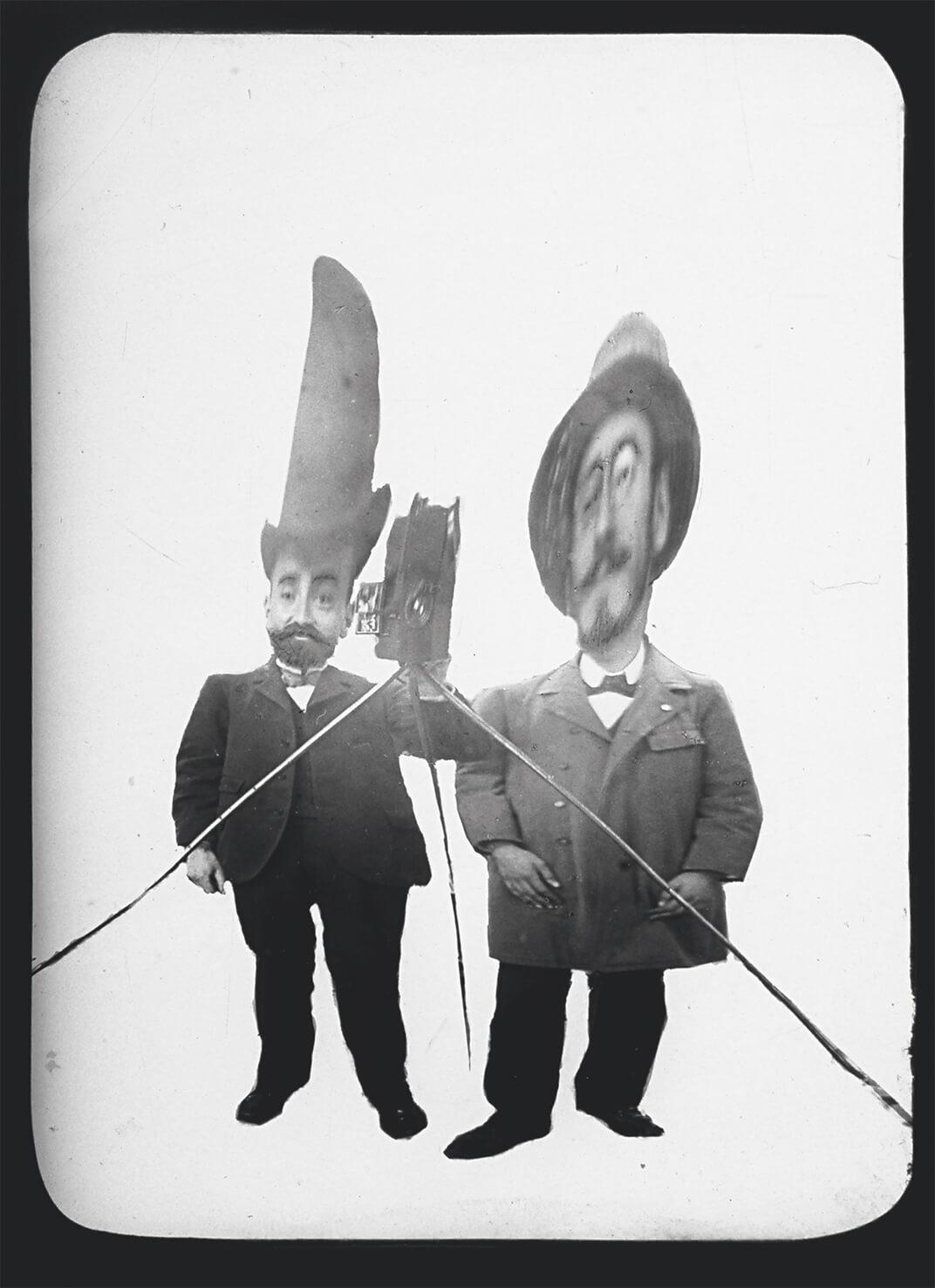 Léon Gimpel, Photographie dans un miroir déformant, 1900. <br>Courtesy éditions Textuel © 2015 Collection privée